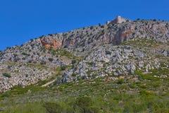 Славная крепость в горе около маленького города Torrella de Montgri, Каталонии Испании стоковое фото rf