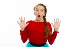 Славная маленькая девочка показывая ее руки к вам стоковое изображение