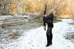 Славная молодая блондинка с пушкой Стоковое Изображение