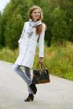Славная молодая женщина с сумкой стоковая фотография