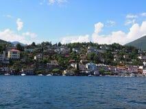 Славная панорама городского пейзажа ландшафта и швейцарца Maggiore озера европейского города Ascona на высокогорном riviera, ШВЕЙ стоковое изображение rf