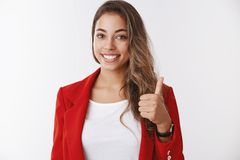 Славная работа, гордая вы Большой палец руки показа члена команды портрета поддерживающий женский вверх по жесту усмехаясь одобри стоковые изображения rf