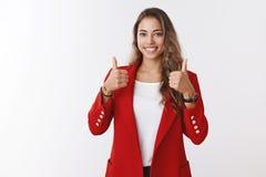 Славная работа, хорошо сделанный, большая Гордый симпатичный удовлетворенный женский предприниматель показывая большие пальцы рук стоковые фотографии rf
