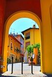 Славная улица в историческом городе Gardone Ривьеры Италии стоковое изображение