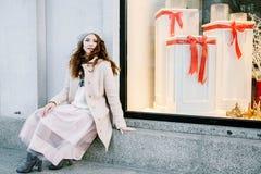 Славная француженка на улицах города Девушка идет вокруг города стоковые изображения