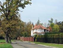 Славные белые дом и загородка, Литва Стоковые Фото