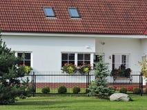 Славные белые дом и цветки, Литва Стоковая Фотография RF
