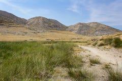 Славные горы с высокой зеленой травой, островом Krk, Хорватией стоковые изображения