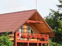 Славные деревянные дом и цветки, Литва Стоковое Изображение