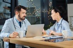 Славные дружелюбные доктора говоря друг к другу Стоковые Фото