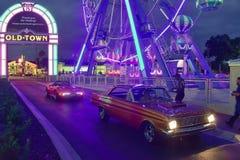 Славные старые автомобили регистрируя для того чтобы вписать шоу и круиз автомобиля субботы Nite классические, на старый городок  стоковые фотографии rf