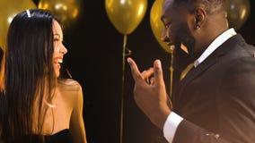 Славные multiracial танцы пар на партии под падая confetti, счастливым совместно видеоматериал
