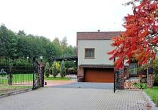 Славный белый дом и металлическая загородка, Литва Стоковое Изображение