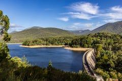 Славный взгляд над запрудой реки yarra с деревьями и голубым небом, рекой Австралией Yarra стоковое фото