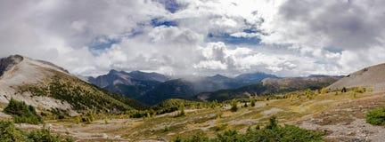 Славный взгляд на скалистых горах во время похода пропуска Харви стоковая фотография