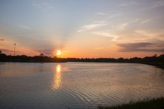 Славный заход солнца над поверхностью воды озера стоковое фото