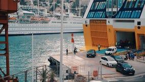СЛАВНЫЙ - 5-ОЕ МАЯ: Приготовьте порт съемки славные, автомобили и паром, 5-ое мая 2018 в славном, Франция видеоматериал