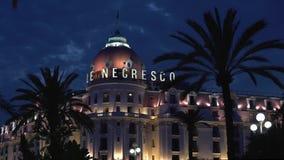 СЛАВНЫЙ - 5-ОЕ МАЯ: Timelapse гостиницы Negresco в славном, Франция на ноче весны видеоматериал