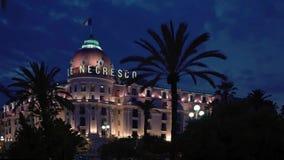 СЛАВНЫЙ - 5-ОЕ МАЯ: Timelapse гостиницы Negresco в славном, Франция на ноче акции видеоматериалы