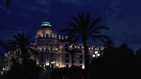 СЛАВНЫЙ - 5-ОЕ МАЯ: Timelapse гостиницы Negresco в славном, Франция, ноча корабли сток-видео