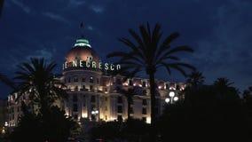 СЛАВНЫЙ - 5-ОЕ МАЯ: Timelapse гостиницы Negresco в славном, Франция, ноча сток-видео