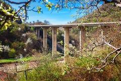 Славный панорамный взгляд моста от крепости и церков Ananuri, стоя на береге резервуара Zhinvali Грузия Стоковые Изображения RF