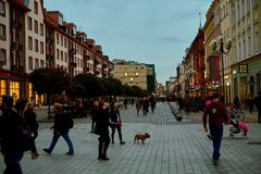 Славный современный взгляд ночи центральной улицы Swidnicka в городке Wroclaw старом Wroclaw самый большой город в западной Польш стоковые изображения rf