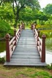 Славный старый деревянный мост в парке на временени. Стоковое фото RF
