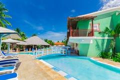 Славный фантастичный взгляд колониальных земель гостиницы, красивого приглашая бассейна и ретро стильных зданий Стоковые Изображения RF