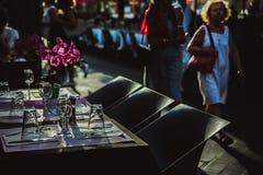 СЛАВНЫЙ, ФРАНЦИЯ - 26-ОЕ ИЮНЯ 2017: вне традиционного ресторана харчевни, пешеходная улица в старом городке в славном, Франции стоковые фото
