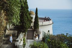 СЛАВНЫЙ, ФРАНЦИЯ - 26-ОЕ ИЮНЯ 2017: Женщина идет вниз с лестниц в смотровую площадку в холме замка или парк Colline du Замка в сл стоковое изображение