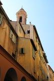 СЛАВНЫЙ, ФРАНЦИЯ - ОКОЛО 2016: Красивая старая французская архитектура можно найти совсем вокруг старого городка славного Стоковая Фотография