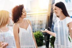 3 славных женских друз смеясь над совместно Стоковые Изображения