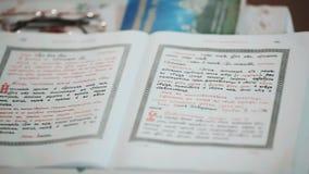 Славянская библия с открытыми страницами Старая религиозная книга в церков Правоверная библия, Россия сток-видео