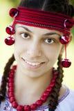 Славянская девушка на зеленом лужке. стоковое фото