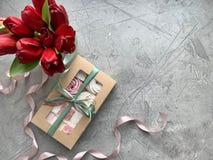 Сладкая коробка с зефиром, handmade подарком Плоская еда положения стоковые фото