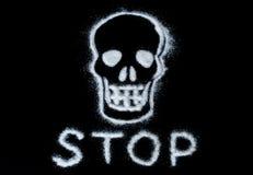 Сладкая опасность сахара Повредите концепции белого сахара формируя череп Со стопом текста изолированным на черной предпосылке стоковые изображения