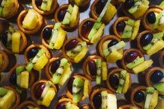 Сладкие десерты, печенья на таблице во время события Обслуживать ресторанного обслуживании гостей и участников во время массовых  стоковая фотография