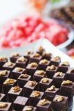 Сладкие десерты, печенья на таблице во время события Обслуживать ресторанного обслуживании гостей и участников во время массовых  стоковые изображения