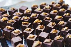 Сладкие десерты, печенья на таблице во время события Обслуживать ресторанного обслуживании гостей и участников во время массовых  стоковое фото