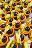 Сладкие десерты, печенья на таблице во время события Обслуживать ресторанного обслуживании гостей и участников во время массовых  стоковое изображение rf