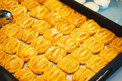 Сладкие десерты, печенья на таблице во время события Обслуживать ресторанного обслуживании гостей и участников во время массовых  стоковое изображение