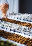 Сладкие десерты, печенья на таблице во время события Поставляя еду обслуживать гостей и участников во время массовых событий стоковое фото