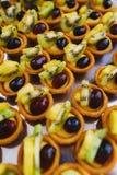 Сладкие десерты, печенья на таблице во время события Поставляя еду обслуживать гостей и участников во время массовых событий стоковая фотография rf