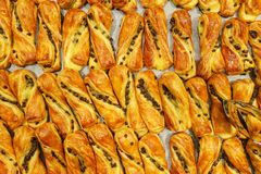 Сладкие десерты, печенья на таблице во время события Поставляя еду обслуживать гостей и участников во время массовых событий стоковое изображение