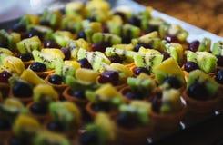 Сладкие десерты, печенья на таблице во время события Поставляя еду обслуживать гостей и участников во время массовых событий стоковые изображения rf