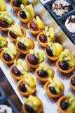 Сладкие десерты, печенья на таблице во время события Поставляя еду обслуживать гостей и участников во время массовых событий стоковое изображение rf