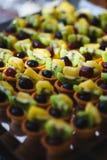 Сладкие десерты, печенья на таблице во время события Поставляя еду обслуживать гостей и участников во время массовых событий стоковые изображения