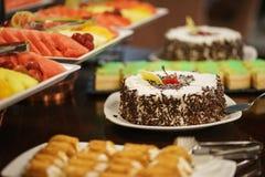 Сладкие десерты, печенья на таблице во время события Поставляя еду обслуживать гостей и участников во время массовых событий стоковые фотографии rf