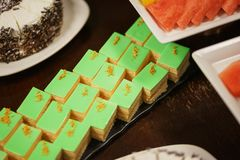 Сладкие десерты, печенья на таблице во время события Поставляя еду обслуживать гостей и участников во время массовых событий стоковые фото